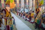 Монахи ожидают прибытия Его Святейшества Далай-ламы в храме Сера Лачи. Билакуппе, штат Карнатака, Индия. 24 декабря 2013 г. Фото: Тензин Чойджор (офис ЕСДЛ)