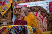 Его Святейшество Далай-лама совершает молитвы вместе с другими собравшими в храме в монастыре Сера Ме.  Билакуппе, штат Карнатака, Индия. 24 декабря 2013 г. Фото: Тензин Чойджор (офис ЕСДЛ)