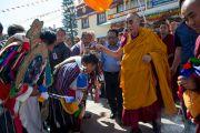 Его Святейшество Далай-лама приветствует тибетцев в храме Сера Лачи. Билакуппе, штат Карнатака, Индия. 24 декабря 2013 г. Фото: Тензин Чойджор (офис ЕСДЛ)
