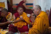 Его Святейшество Далай-лама принимает подношение риса в монастыре Сера Ме. Билакуппе, штат Карнатака, Индия. 24 декабря 2013 г. Фото: Тензин Чойджор (офис ЕСДЛ)