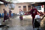 Монахи моют чайники, в которых они разносили чай для участников учений Его Святейшества Далай-ламы в монастыре Сера Чже. Билакуппе, штат Карнатака, Индия. 26 декабря 2013 г. Фото: Тензин Чойджор (офис ЕСДЛ)