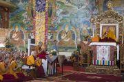 Его Святейшество Далай-лама, Линг Ринпоче, Ганден Трипа Ризонг Ринпоче во время учений  в монастыре Сера Чже. Билакуппе, штат Карнатака, Индия. 26 декабря 2013 г. Фото: Тензин Чойджор (офис ЕСДЛ)