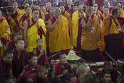 Мастера пения исполняют молитвы в ожидании прибытия Его Святейшества Далай-ламы перед началом четвертого дня учений в монастыре Сера Чже. Билакуппе, штат Карнатака, Индия. 26 декабря 2013 г. Фото: Тензин Чойджор (офис ЕСДЛ)