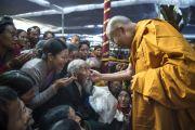 Его Святейшество Далай-лама приветствует пожилого тибетца перед началом учений в монастыре Сера Чже. Билакуппе, штат Карнатака, Индия. 26 декабря 2013 г. Фото: Тензин Чойджор (офис ЕСДЛ)