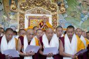 Его Святейшество Далай-лама с монахами получившими степень геше-лхарамба в монастыре Сера Чже. Билакуппе, штат Карнатака, Индия. 26 декабря 2013 г. Фото: Тензин Чойджор (офис ЕСДЛ)