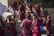 Монахи раздают книги более чем 30 тысячам участникам учений Его Святейшества Далай-ламы в монастыре Сера Чже. Билакуппе, штат Карнатака, Индия. 30 декабря 2013 г. Фото: Тензин Чойджор (офис ЕСДЛ)