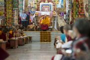 Его Святейшество Далай-лама выступает во время краткой церемонии по завершении седьмого дня учений в монастыре Сера Чже. Билакуппе, штат Карнатака, Индия. 31 декабря 2013 г. Фото: Тензин Чойджор (офис ЕСДЛ)