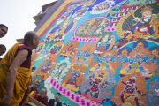 Его Святейшество Далай-лама рассматривает огромную танку Гуру Ринпоче, выполненную в технике аппликации, в монастыре Сера Чже на пятый день учений. Билакуппе, штат Карнатака, Индия. 29 декабря 2013 г. Фото: Тензин Чойджор (офис ЕСДЛ)