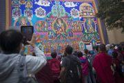 Участники учений Его Святейшества Далай-ламы разглядывают огромную танку Гуру Ринпоче, выполненную в технике аппликации, вывешенную в монастыре Сера Чже. Билакуппе, штат Карнатака, Индия. 29 декабря 2013 г. Фото: Тензин Чойджор (офис ЕСДЛ)