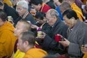 Слушатели читают молитву, перед тем как приступить к чаепитию на седьмой день учений Его Святейшества Далай-ламы в монастыре Сера Чже. Билакуппе, штат Карнатака, Индия. 31 декабря 2013 г. Фото: Тензин Чойджор (офис ЕСДЛ)