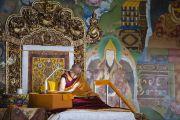 Его Святейшество Далай-лама на шестой день учений в монастыре Сера Чже. Билакуппе, штат Карнатака, Индия. 30 декабря 2013 г. Фото: Тензин Чойджор (офис ЕСДЛ)