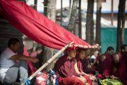 Слушатели прячутся под навесом от солнца в седьмой день учений Его Святейшества Далай-ламы в монастыре Сера Чже. Билакуппе, штат Карнатака, Индия. 31 декабря 2013 г. Фото: Тензин Чойджор (офис ЕСДЛ)