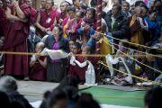 Слушатели ожидают прибытия Его Святейшества Далай-ламы в начале седьмого дня учений в монастыре Сера Чже. Билакуппе, штат Карнатака, Индия. 31 декабря 2013 г. Фото: Тензин Чойджор (офис ЕСДЛ)