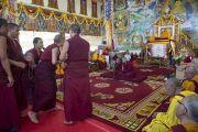 Монахи проводят философский диспут в присутствии Его Святейшества Далай-ламы в монастыре Сера Чже в заключительный день учений. Билакуппе, штат Карнатака, Индия. 3 января 2014 г. Фото: Тензин Чойджор (офис ЕСДЛ)