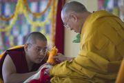 Линг Ринпоче совершает традиционные подношения Его Святейшеству Далай-ламе в заключительный день учений в монастыре Сера Чже. Билакуппе, штат Карнатака, Индия. 3 января 2014 г. Фото: Тензин Чойджор (офис ЕСДЛ)