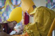 Ганден Трипа Ризонг Ринпоче совершает традиционное подношение Его Святейшеству Далай-ламе в монастыре Сера Чже в заключительный день учений. Билакуппе, штат Карнатака, Индия. 3 января 2014 г. Фото: Тензин Чойджор (офис ЕСДЛ)