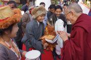 Тибетцы встречают Его Святейшество Далай-ламу традиционным подношением. Чокур, штат Карнатака, Индия. 4 января 2014 г. Фото: Тензин Чойджор (офис ЕСДЛ)