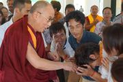 Его Святейшество Далай-лама здоровается со студентами Института высшего образования неподалеку от Бангалора, штат Карнатака, Индия. 4 января 2014 г. Фото: Тензин Чойджор (офис ЕСДЛ)