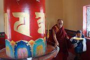 Его Святейшество Далай-лама вращает молитвенный барабан в тибетском поселении Чокур, штат Карнатака, Индия. 4 января 2014 г. Фото: Тензин Чойджор (офис ЕСДЛ)