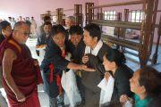 Его Святейшество Далай-лама во время посещения фабрики по производству ковров в тибетском поселении Чокур, штат Карнатака, Индия. 4 января 2014 г. Фото: Тензин Чойджор (офис ЕСДЛ)