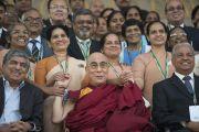 Его Святейшество Далай-лама фотографируется на память с докладчиками и участниками 92-й ежегодной конференции Ассоциации руководителей англо-индийских школ Индии в школе им. епископа Коттона. Бангалор, Индия. 5 января 2014 г. Фото: Тензин Чойджор (офис ЕСДЛ)
