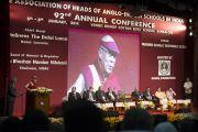Его Святейшество Далай-лама выступает с речью на открытии 92-й ежегодной конференции Ассоциации руководителей англо-индийских школ Индии в школе им. епископа Коттона. Бангалор, Индия. 5 января 2014 г. Фото: Тензин Чойджор (офис ЕСДЛ)