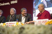 Его Святейшество Далай-лама отвечает на вопросы слушателей на открытии 92-й ежегодной конференции Ассоциации руководителей англо-индийских школ Индии в школе им. епископа Коттона. Бангалор, Индия. 5 января 2014 г. Фото: Тензин Чойджор (офис ЕСДЛ)
