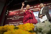Его Святейшество Далай-лама приветствует аудиторию в школе им. епископа Коттона. Бангалор, Индия. 5 января 2014 г. Фото: Тензин Чойджор (офис ЕСДЛ)