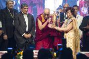 Перед открытием 92-й ежегодной конференции Ассоциации руководителей англо-индийских школ Индии Его Святейшеству вручили памятный подарок. Бангалор, Индия. 5 января 2014 г. Фото: Тензин Чойджор (офис ЕСДЛ)
