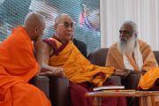 Свами Нирмаладанта, Его Святейшество Далай-лама и Свами Сатьянанд Махараджа на праздновании 150-й годовщины со дня рождения Свами Вивекананды. Коимбатур, штат Тамил-Наду, Индия. 7 января 2014 г. Фото: Джереми Рассел (офис ЕСДЛ)