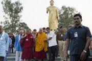 Его Святейшество Далай-лама у статуи идущего Будды в Нагалоке. Нагпур, штат Махараштра, Индия. 8 января 2014 г. Фото: Тензин Чойджор (офис ЕСДЛ)