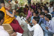 Его Святейшество Далай-лама беседует со студентами-буддологами в Нагалоке. Нагпур, штат Махараштра, Индия. 8 января 2014 г. Фото: Тензин Чойджор (офис ЕСДЛ)