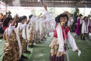 Юные тибетцы исполняют народный танец для Его Святейшества Далай-ламы во время праздника в тибетском поселении в Банадаре. Штат Махараштра, Индия. 12 января 2014 г. Фото: Тензин Чойджор (офис ЕСДЛ)