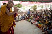 Его Святейшество Далай-лама приветствует местных индийских жителей на встрече в Банадаре. Штат Махараштра, Индия. 12 января 2014 г. Фото: Тензин Чойджор (офис ЕСДЛ)