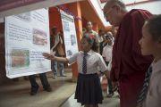 Ученики показывают Его Святейшеству Далай-ламе выставку в школе Центральной администрации тибетских школ (CTSA) в тибетском поселении в Бандаре. Штат Махараштра, Индия. 11 января 2014 г. Фото: Тензин Чойджор (офис ЕСДЛ)
