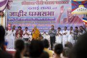 Его Святейшество Далай-лама выступает с публичной лекцией в Бандаре. Штат Махараштра, Индия. 10 января 2014 г. Фото: Тензин Чойджор (офис ЕСДЛ)