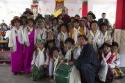Его Святейшество Далай-лама с юными артистами на празднике в тибетском поселении в Банадаре. Штат Махараштра, Индия. 12 января 2014 г. Фото: Тензин Чойджор (офис ЕСДЛ)