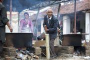 Приготовление тибетского чая для слушателей на учения Святейшества Далай-ламы в тибетском поселении в Бандаре. Штат Махараштра, Индия. 11 января 2014 г. Фото: Тензин Чойджор (офис ЕСДЛ)