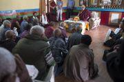 Его Святейшество Далай-лама на встрече в доме для пожилых людей в тибетском поселении в Бандаре. Штат Махараштра, Индия. 11 января 2014 г. Фото: Тензин Чойджор (офис ЕСДЛ)