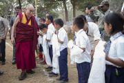Его Святейшество Далай-лама здоровается с тибетскими детьми после освящения главного храма в тибетском поселении в Бандаре. Штат Махараштра, Индия. 11 января 2014 г. Фото: Тензин Чойджор (офис ЕСДЛ)