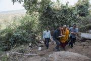 Его Святейшество Далай-лама поднимается к пещере Чаанда Деви в Сирпуре, в которой медитировал индийский философ Нагарджуна. Штат Чаттисгарх, Индия. 14 января 2014 г. Фото: Тензин Чойджор (офис ЕСДЛ)