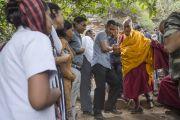 Его Святейшество Далай-лама спускается с холма, где находится пещера Чаанда Деви в Сирпуре, в которой медитировал индийский философ Нагарджуна. Штат Чаттисгарх, Индия. 14 января 2014 г. Фото: Тензин Чойджор (офис ЕСДЛ)