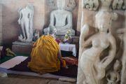 Его Святейшество Далай-лама молится в Будда Вихаре, на месте археологических раскопок в Сирпуре. Штат Чаттисгарх, Индия. 14 января 2014 г. Фото: Тензин Чойджор (офис ЕСДЛ)