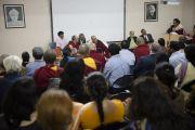 Его Святейшество Далай-лама принимает участие в заключительном заседании семинара по философии Нагарджуны в Райпуре. Штат Чаттисгарх, Индия. 15 января 2014 г. Фото: Тензин Чойджор (офис ЕСДЛ)