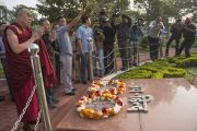Его Святейшество Далай-лама у военного мемориала в парке Раджива Ганди в Райпуре. Штат Чаттисгарх, Индия. 15 января 2014 г. Фото: Тензин Чойджор (офис ЕСДЛ)