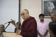 Его Святейшество Далай-лама выступает на заключительном заседании семинара по философии Нагарджуны в Райпуре. Штат Чаттисгарх, Индия. 15 января 2014 г. Фото: Тензин Чойджор (офис ЕСДЛ)
