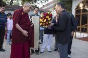 Губернатор Чаттисгарха Шерхар Датт приветствует Его Святейшество Далай-ламу в своей резиденции в Райпуре. Штат Чаттисгарх, Индия. 15 января 2014 г. Фото: Тензин Чойджор (офис ЕСДЛ)