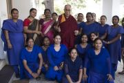 Его Святейшество Далай-лама фотографируется на память с персоналом резиденции губернатора штата в Райпуре. Штат Чаттисгарх, Индия. 15 января 2014 г. Фото: Тензин Чойджор (офис ЕСДЛ)