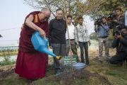 Его Святейшество Далай-лама поливает посаженное им дерево в резиденции губернатора штата в Райпуре. Штат Чаттисгарх, Индия. 15 января 2014 г. Фото: Тензин Чойджор (офис ЕСДЛ)
