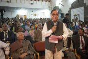 Один из слушателей задает Его Святейшеству Далай-ламе вопрос во время его лекции в университете им. Пандиты Равишанкара Шуклы в Райпуре. Штат Чаттисгарх, Индия. 15 января 2014 г. Фото: Тензин Чойджор (офис ЕСДЛ)